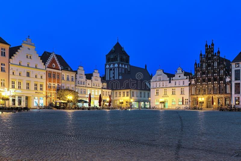 Opinión de la tarde de la plaza del mercado en Greifswald, Alemania foto de archivo