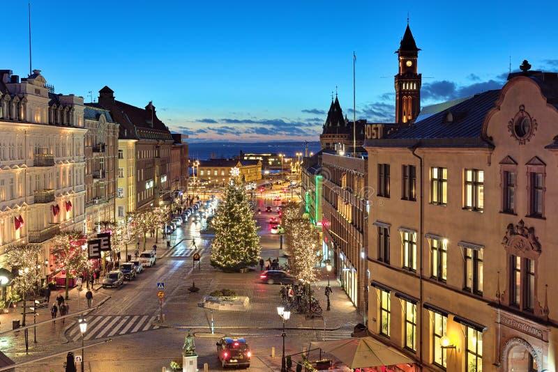 Opinión de la tarde del cuadrado de Stortorget con el árbol de navidad en Helsingborg foto de archivo
