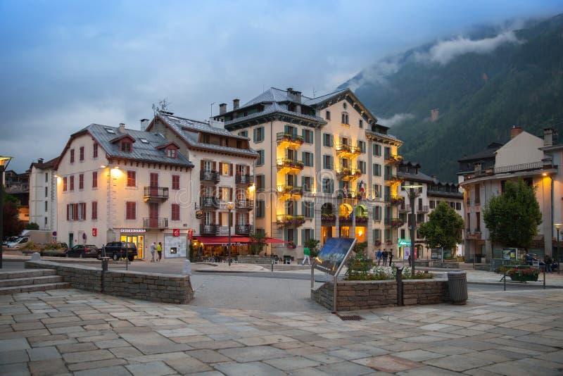 Opinión de la tarde del cuadrado en Chamonix-Mont-Blanc foto de archivo