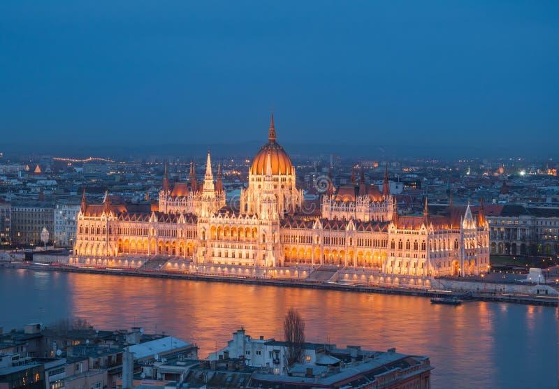 Opinión de la tarde del edificio húngaro del parlamento en el banco del Danubio en Budapest, Hungría foto de archivo libre de regalías
