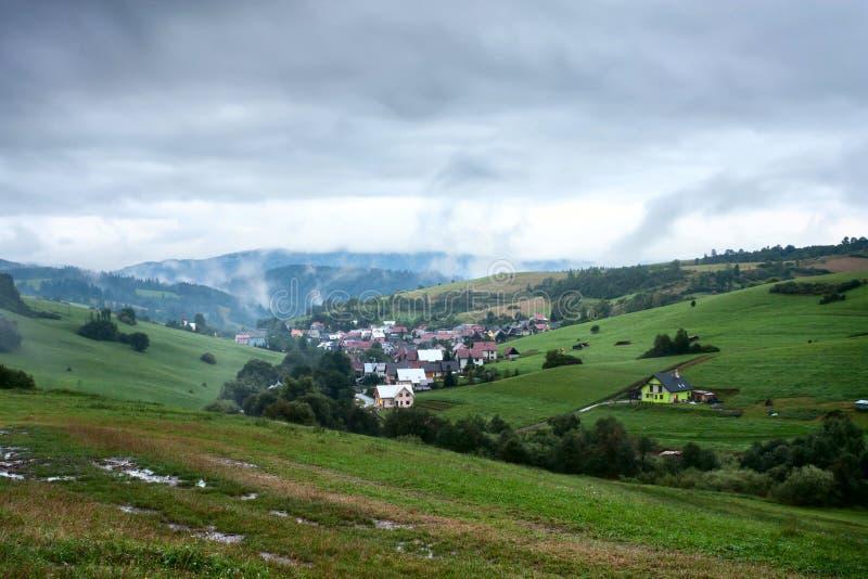 Opinión de la tarde en el pueblo Pribis, distrito Dolny Kubin, Eslovaquia, el verano 2016 imagen de archivo