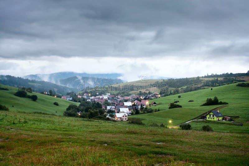 Opinión de la tarde en el pueblo Pribis, distrito Dolny Kubin, Eslovaquia, verano 2016 fotos de archivo libres de regalías