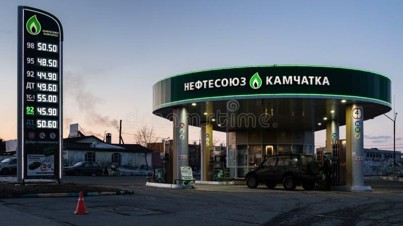 Opinión de la tarde de la gasolinera del edificio Neftesoyuz Kamchatka fotografía de archivo libre de regalías
