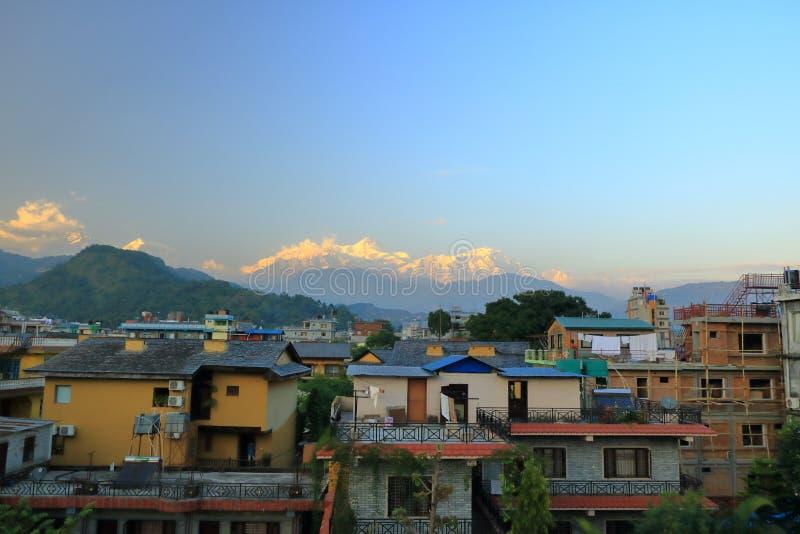 Opinión de la tarde, puesta del sol en la cordillera de Annapurna de Pokhara, Nepal fotografía de archivo libre de regalías