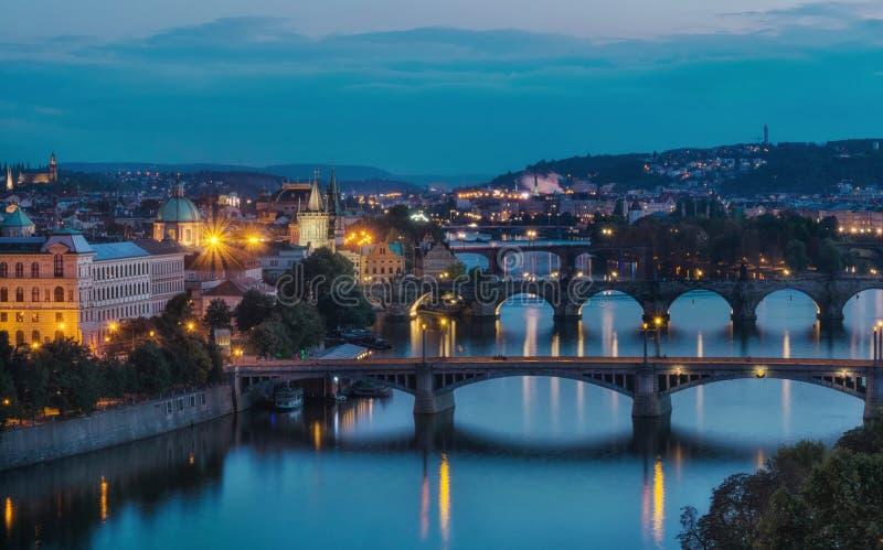 Opinión de la tarde sobre el puente de Charles sobre el río de Moldava en Praga, capit fotografía de archivo libre de regalías
