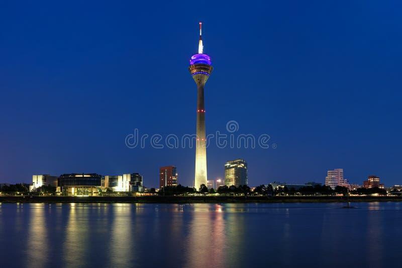 Opinión de la tarde sobre la torre de la TV en Düsseldorf imágenes de archivo libres de regalías