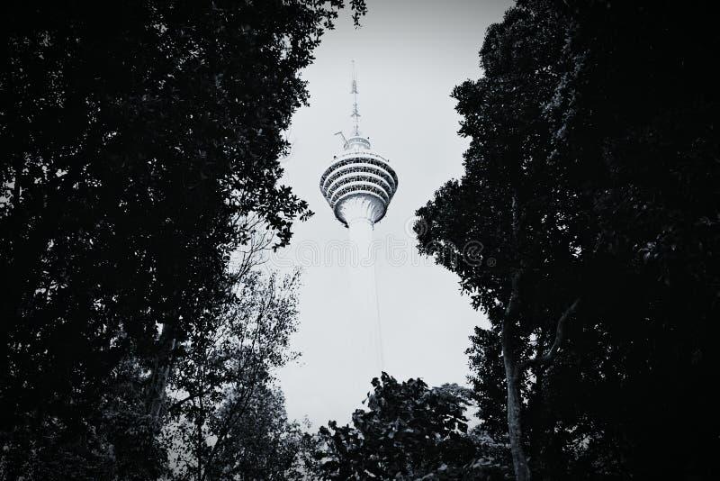 Opinión de la torre del kilolitro de Kuala Lumpur Eco Park imagenes de archivo