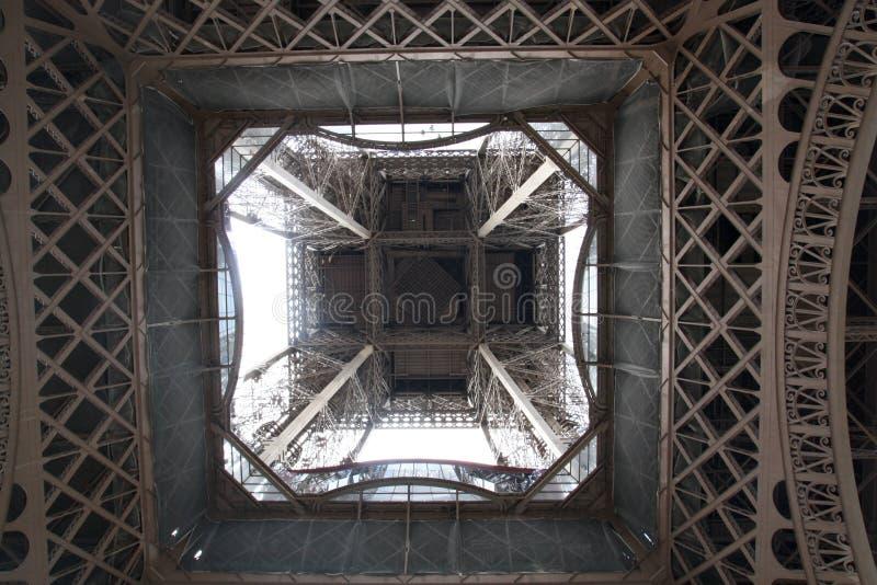 Opinión de la torre Eiffel de debajo París Francia fotos de archivo