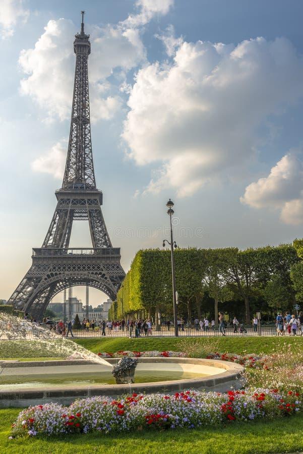 Opinión de la torre Eiffel del Champ de Mars fotografía de archivo libre de regalías