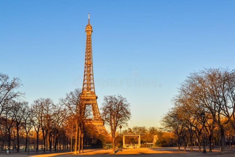 Opinión de la torre Eiffel del Champ de Mars París, Francia, invierno fotografía de archivo libre de regalías