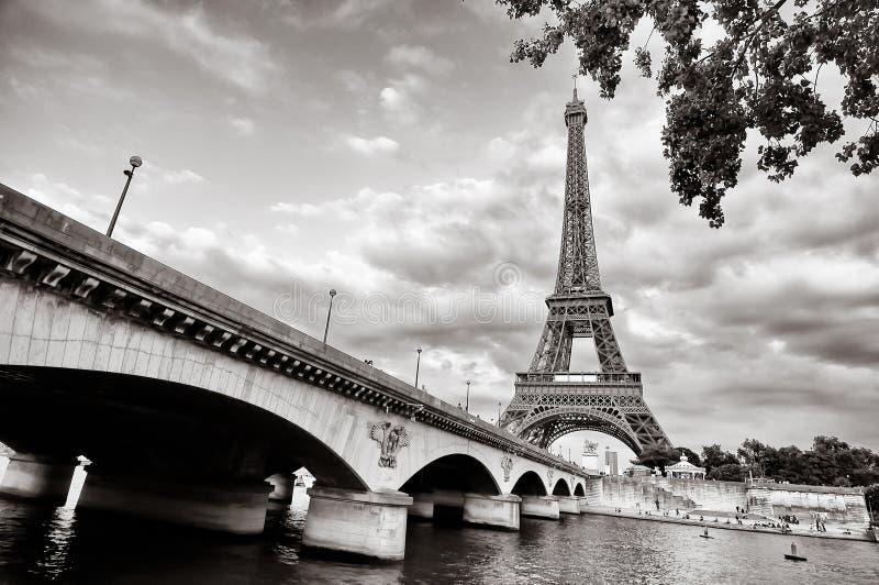 Opinión de la torre Eiffel del río Sena fotografía de archivo libre de regalías