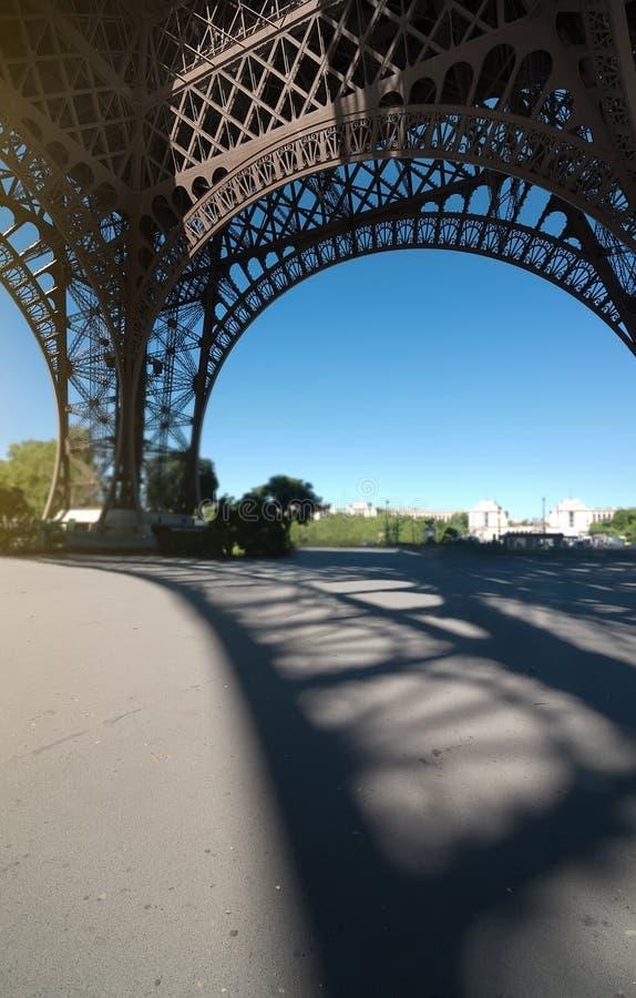 Opinión de la torre Eiffel dentro fotografía de archivo libre de regalías
