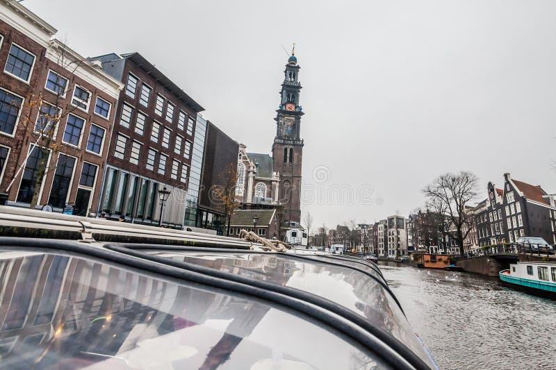 Opinión de la travesía del canal de Amsterdam imagenes de archivo