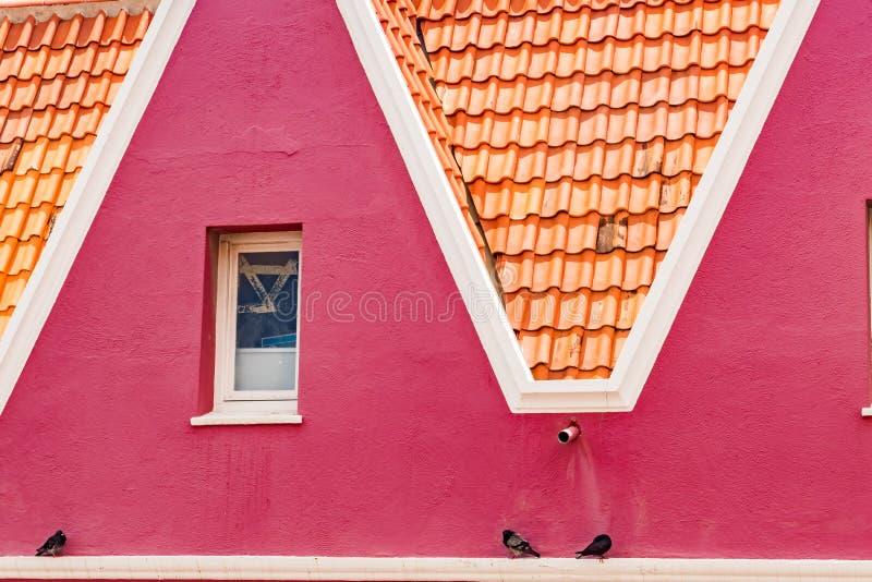 Opinión de la ventana - de las viejas opiniones de Punda Curaçao de los edificios imagen de archivo libre de regalías