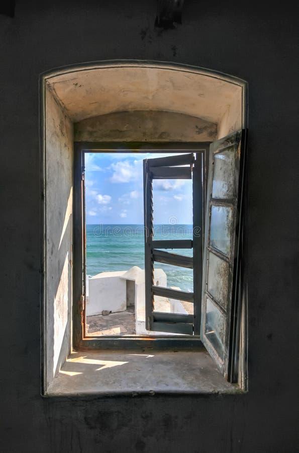Opinión de la ventana del castillo de la costa del cabo, Ghana imagenes de archivo