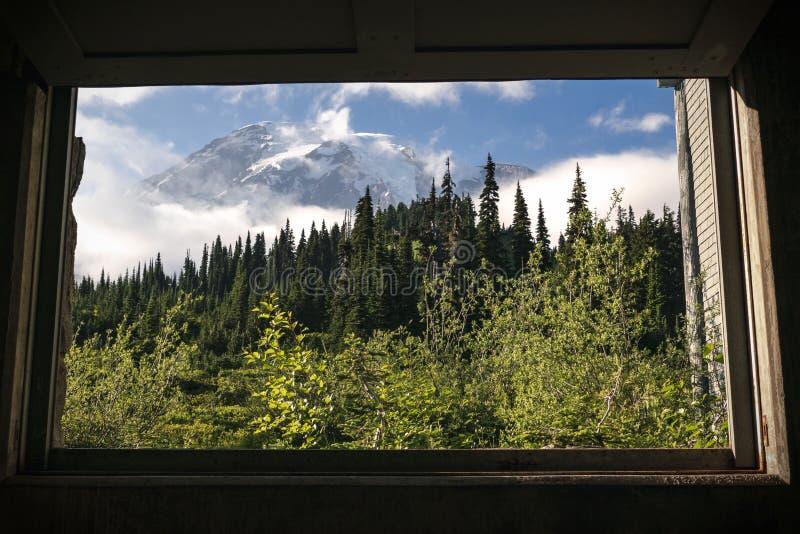 Opinión de la ventana del centro del visitante del Mt icónico más lluviosa en la estación de verano imagen de archivo