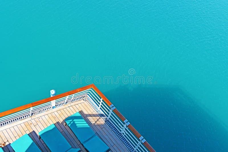 Opinión de la verja de la cubierta del barco de cruceros foto de archivo