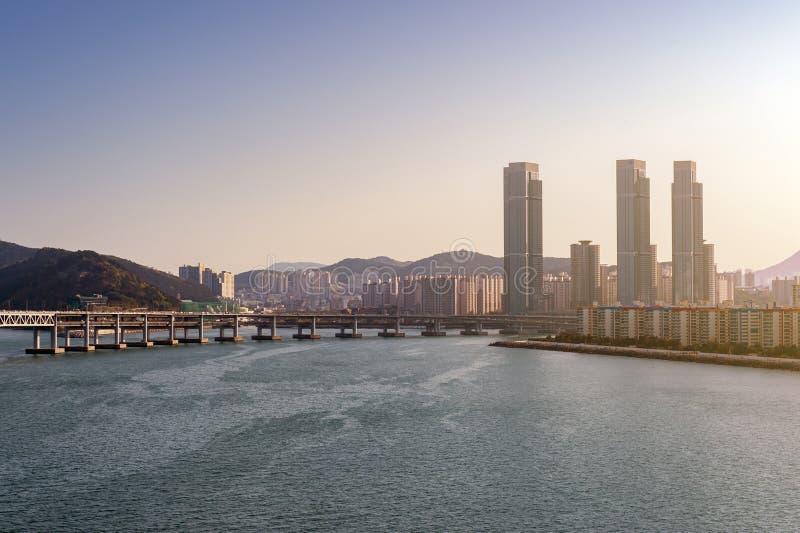 Opinión de la zona costera de Busán en la playa de Gwangalli, un destino turístico popular del paisaje urbano en Busán, Corea del imagen de archivo