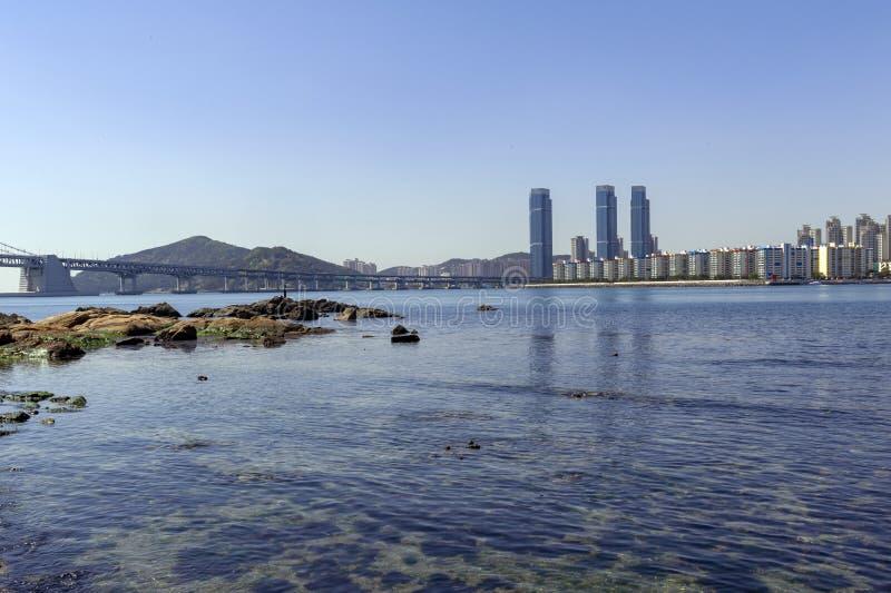 Opinión de la zona costera de Busán en la playa de Gwangalli, un destino turístico popular del paisaje urbano en Busán, Corea del imagenes de archivo