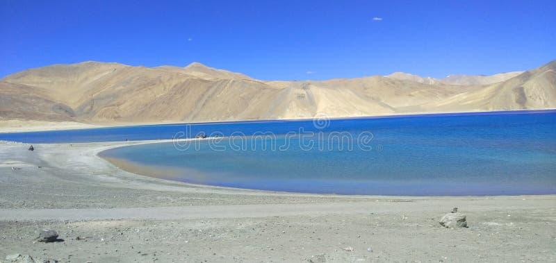 Opinión de Lanscape del lago del pangong, situada en el ladakh la India imagenes de archivo