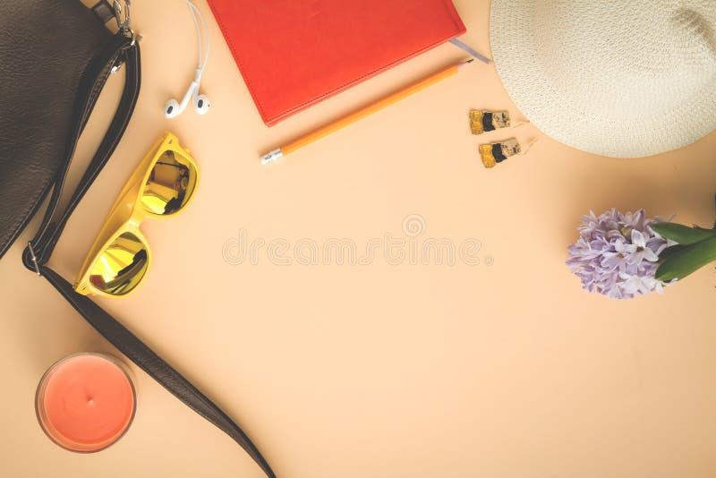 Opinión de las gafas de sol del sombrero del bolso desde arriba fotos de archivo