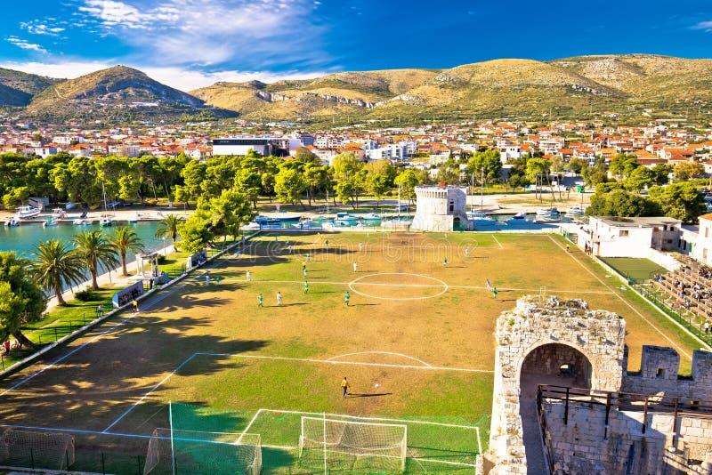 Opinión de las señales y del campo de fútbol de Trogir imágenes de archivo libres de regalías