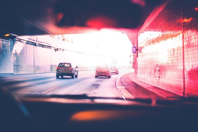 Opinión de los conductores de la conducción de automóviles en la carretera fotos de archivo