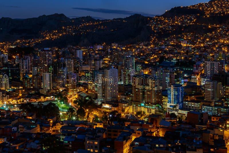 Opinión de los megapolis iluminados de La Paz, Bolivia, Ameri del sur de la noche foto de archivo