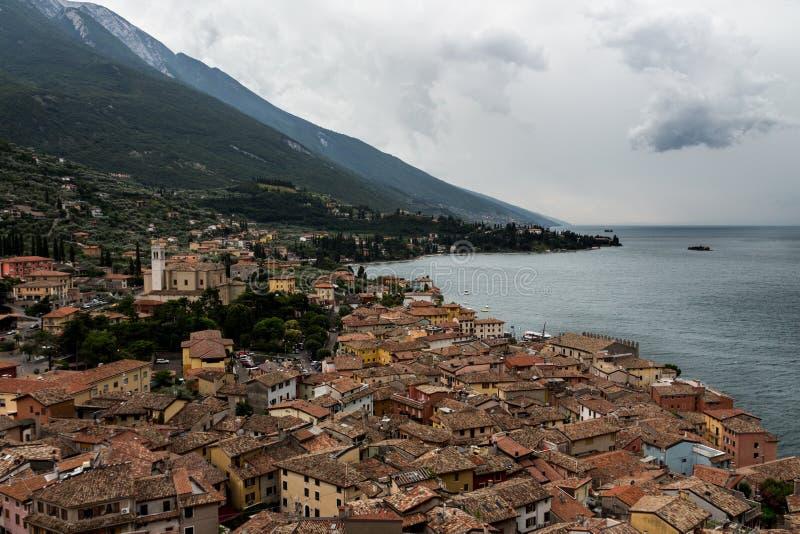 Opinión de Malcesine desde arriba del castillo de Scaligero, Italia foto de archivo libre de regalías