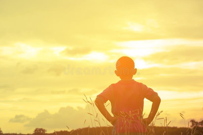 Opinión de mirada asiática de la sol del niño Niño solo y triste con Mountain View en día de fiesta fotos de archivo libres de regalías