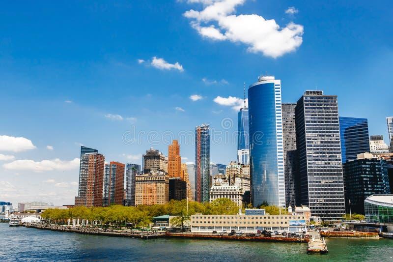 Opinión de New York City con el horizonte de Manhattan foto de archivo
