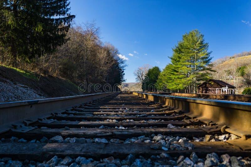 Opinión de nivel del suelo de las pistas de ferrocarril en las montañas fotografía de archivo libre de regalías
