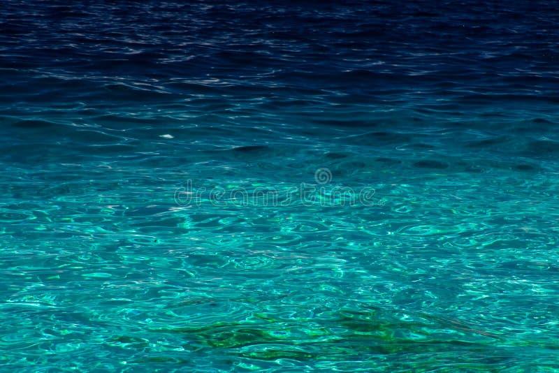 Opinión de océano del agua azul pacífica al lado de una playa fotos de archivo libres de regalías