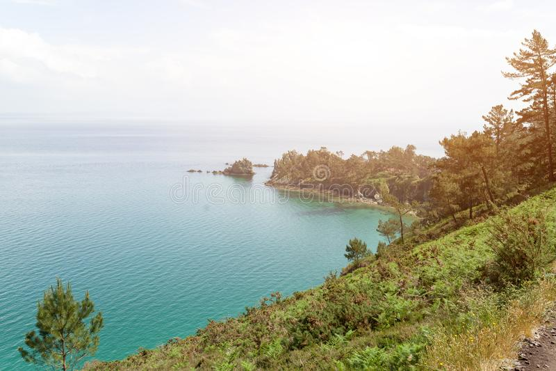 Opinión de océano Fondo de la naturaleza con nadie Morgat, península de Crozon, Bretaña, Francia fotos de archivo