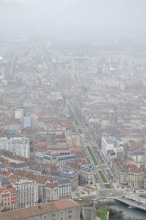 Opinión de ojo de pájaros de la ciudad de Grenoble, Francia, en invierno imagen de archivo