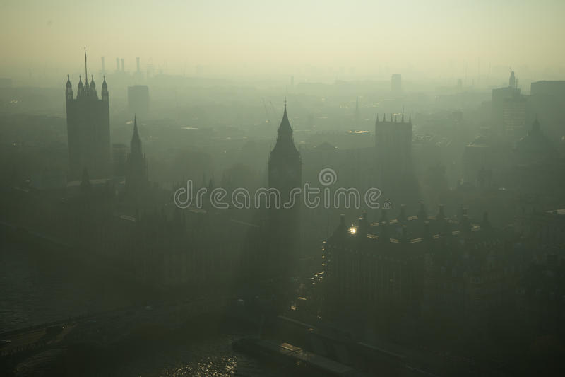 Opinión de ojo de pájaros sobre Londres en la neblina fotografía de archivo libre de regalías