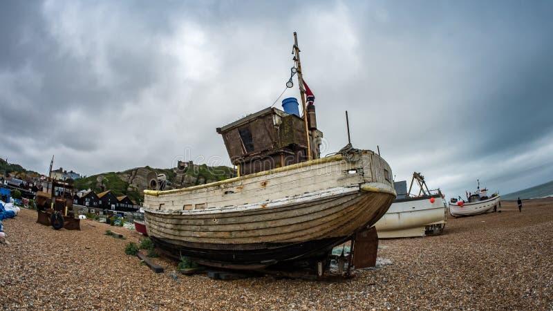 Opinión de ojo de pescados de los barcos de pesca en la playa imagen de archivo libre de regalías