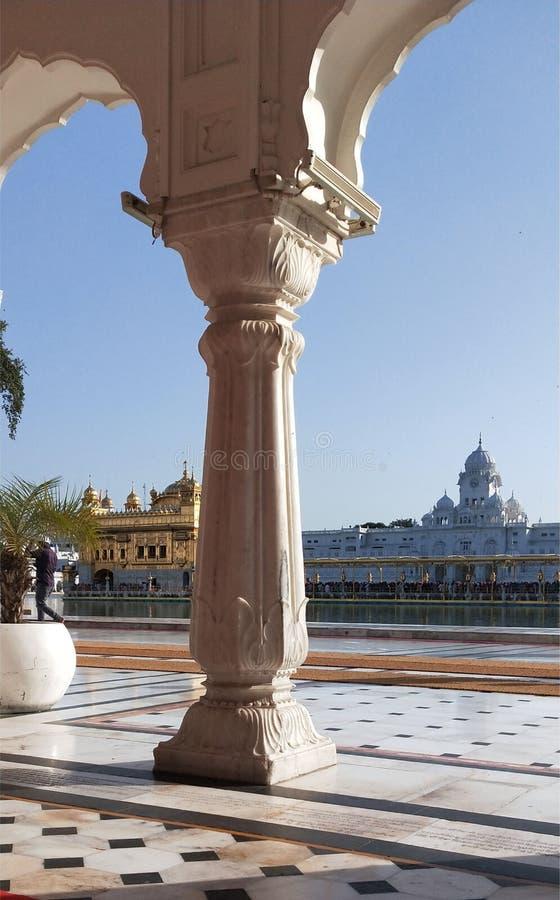 Opinión de oro del templo del lado de la pared ilustración del vector