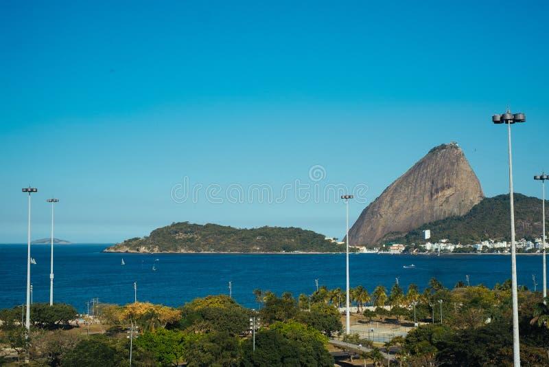 Opinión de pan de azúcar de la playa de Flamengo en Rio de Janeiro imagenes de archivo