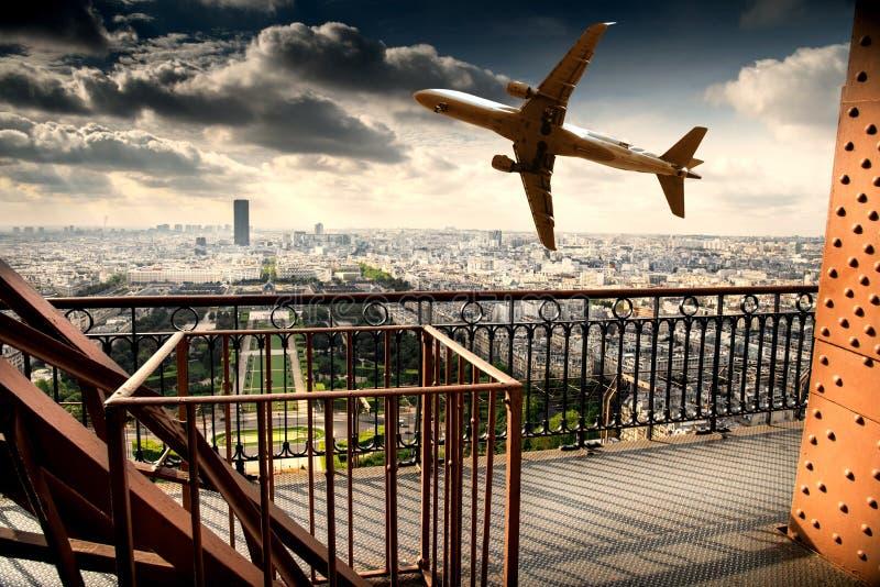 Opinión de París de la torre Eiffel con el aeroplano fotografía de archivo libre de regalías