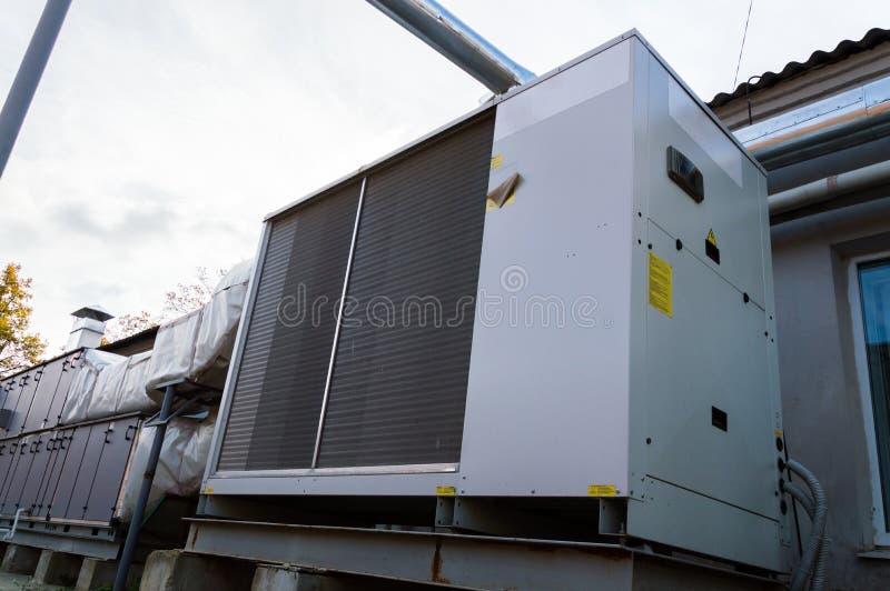 Opinión de perspectiva de climatizador comercial gris para el sistema de ventilación central foto de archivo