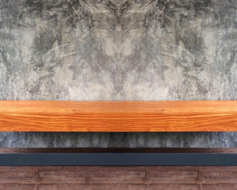 Opinión de perspectiva del estante o de la silla de madera vacío de Brown con el Grunge abstracto Gray Concrete Wall Background T imagenes de archivo