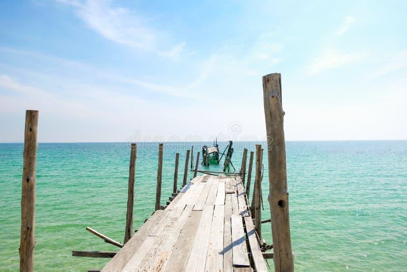 Opinión de perspectiva del puente de madera viejo que extiende en el mar imagenes de archivo
