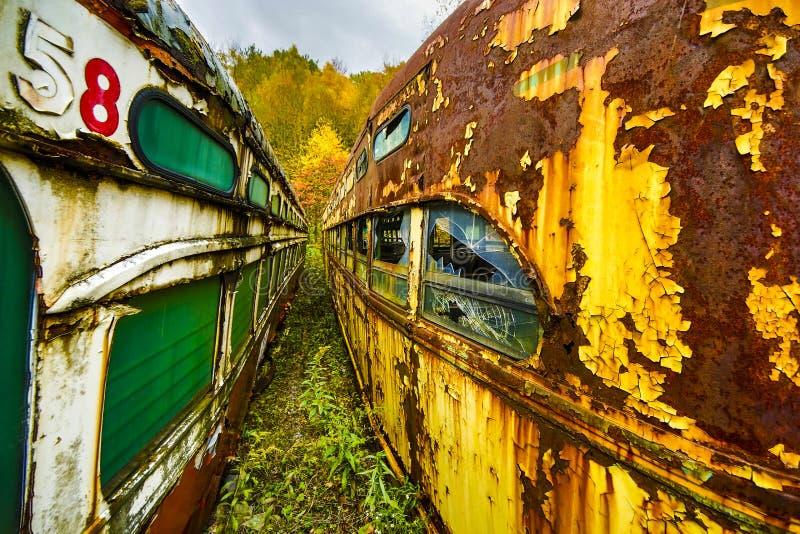 Opinión de perspectiva granangular abandonada de los coches de carretilla entre dos líneas fotos de archivo