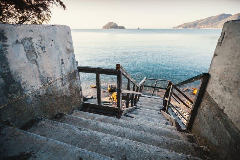Opinión de perspectiva de las escaleras viejas que van abajo imagen de archivo libre de regalías