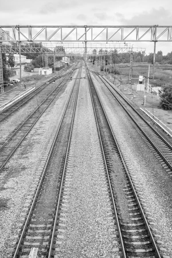 Opinión de perspectiva de las pistas ferroviarias que se van en la distancia imagen de archivo libre de regalías