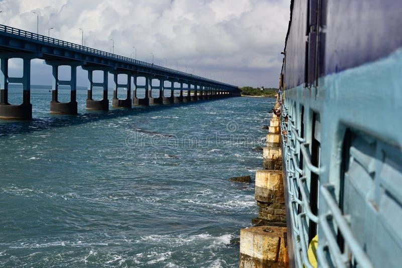 Opinión de perspectiva a un puente del camino de un tren ferroviario indio en el puente de Pamban fotografía de archivo