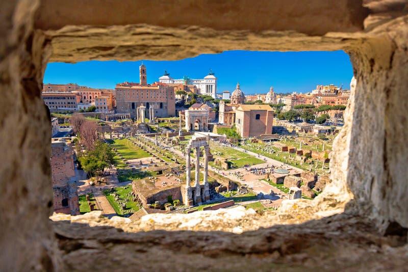 Opinión de piedra aérea escénica de la ventana sobre las ruinas de Roman Forum en Roma fotos de archivo