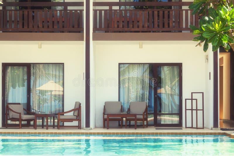 Opinión de piscina a la sala de estar del hotel en foco suave foto de archivo