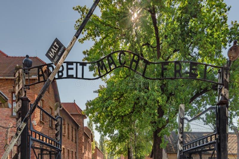 Opinión de Polonia Auschwitz 19-September -2018 de la puerta del hierro de la entrada con el frei del macht del arbeit del ` de l imagen de archivo libre de regalías